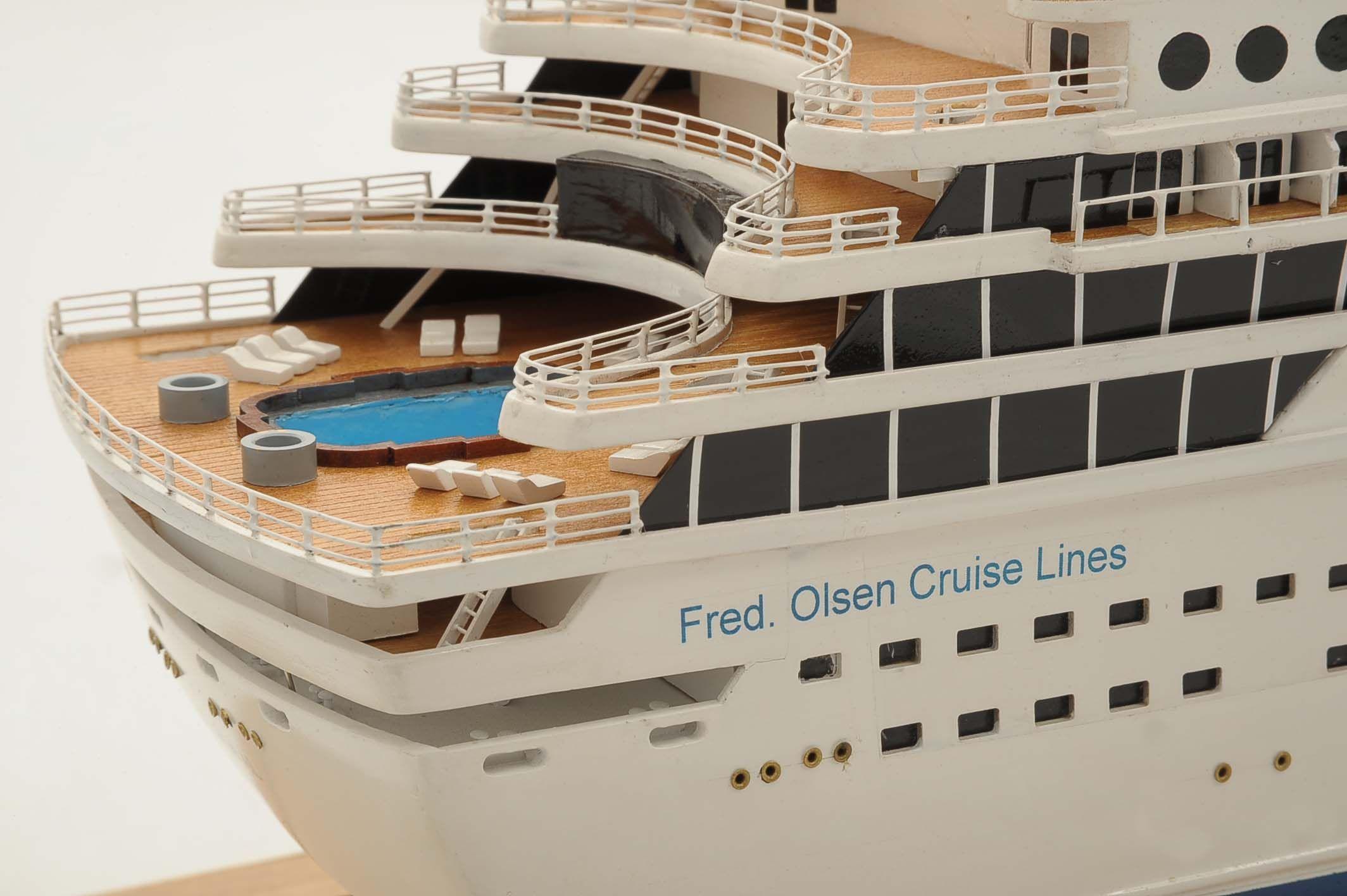 1292-6417-Balmoral-Cruise-Liner