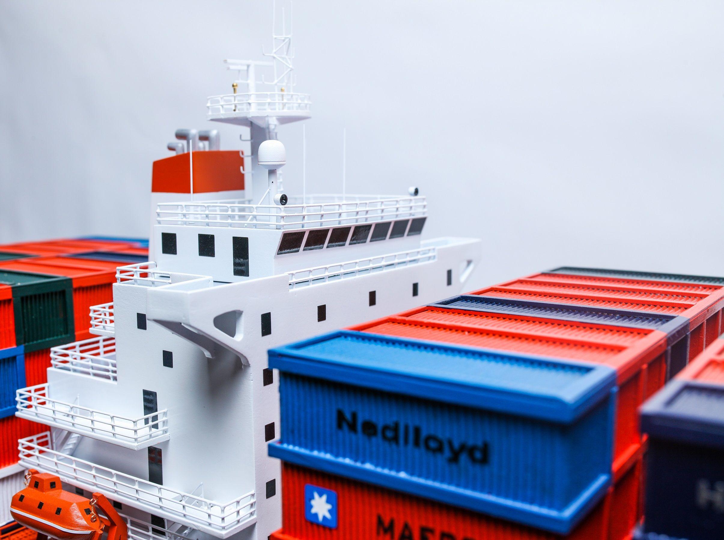 1527-9167-Hamburg-Sud-Container-Ship-Model