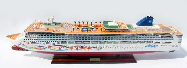 2084-12371-Norwegian-Star-Ship-Model
