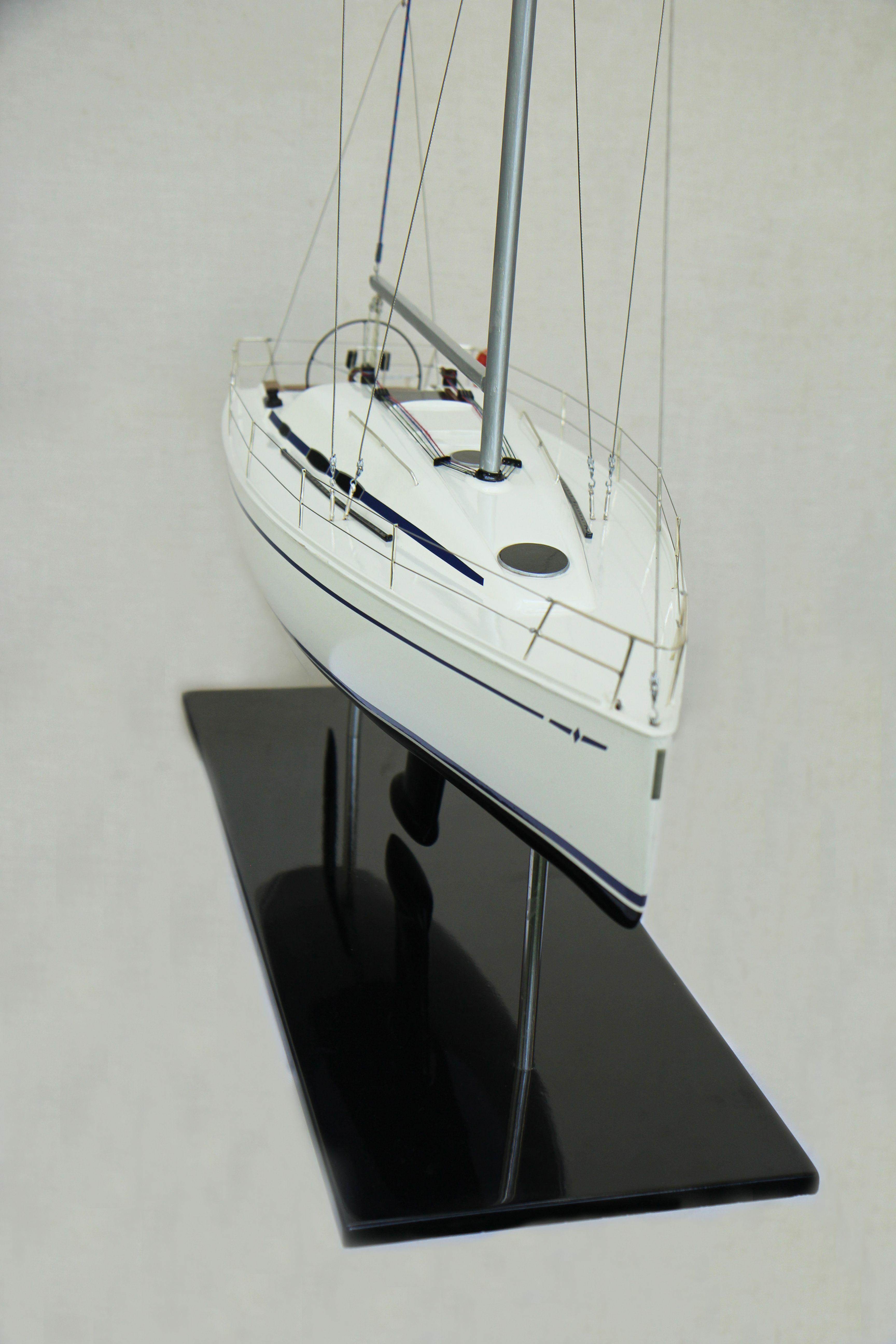2530-14382-Bavaria-35-Match-Model-Ship