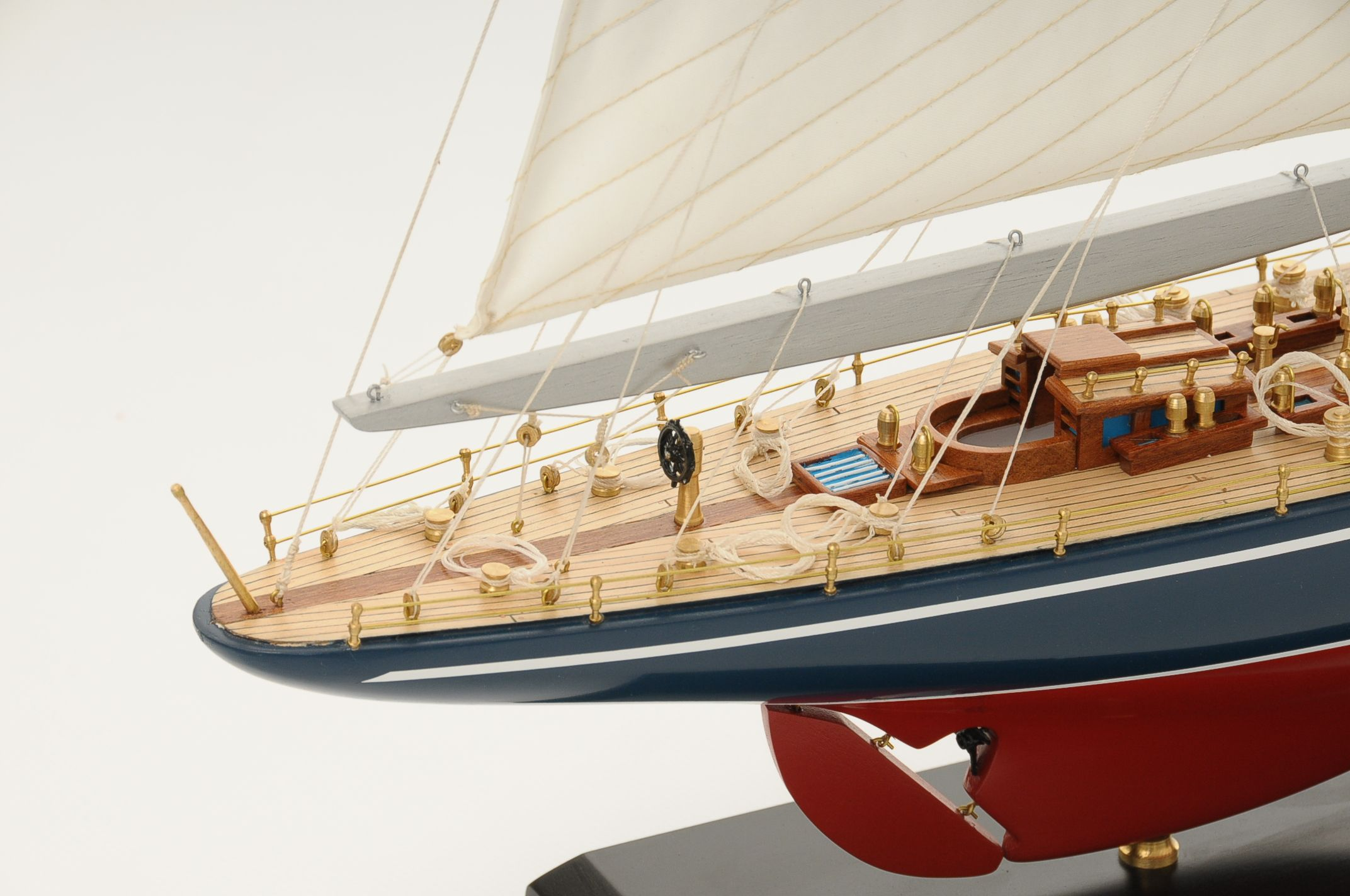 472-8248-Endeavour-Model-Yacht-Superior-Range