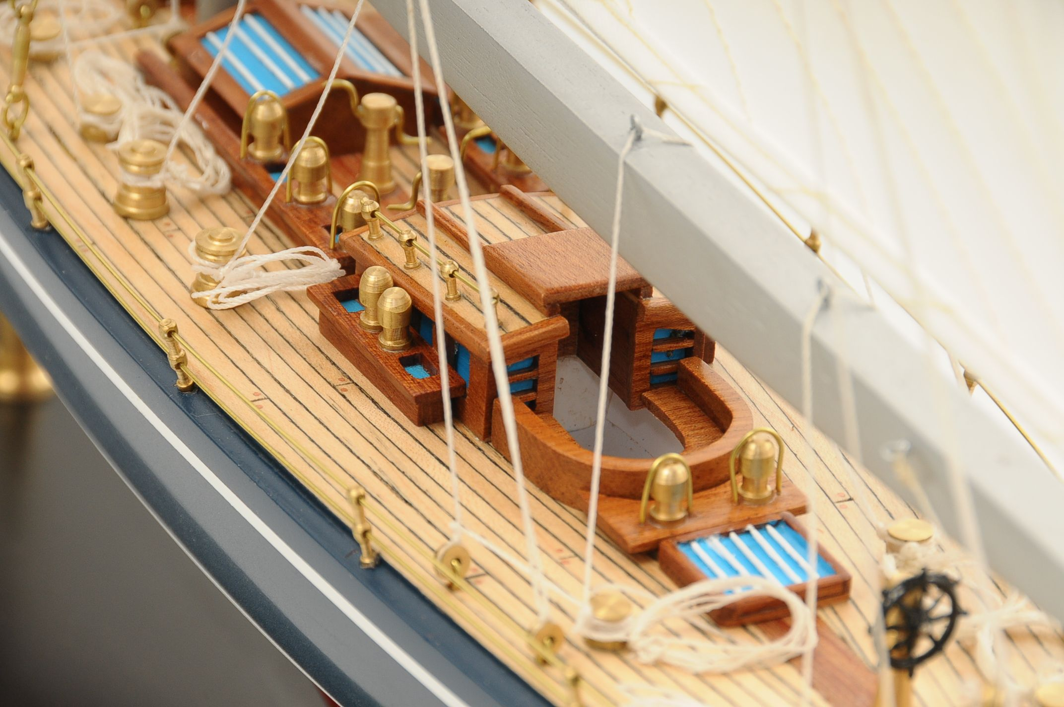 472-8253-Endeavour-Model-Yacht-Superior-Range