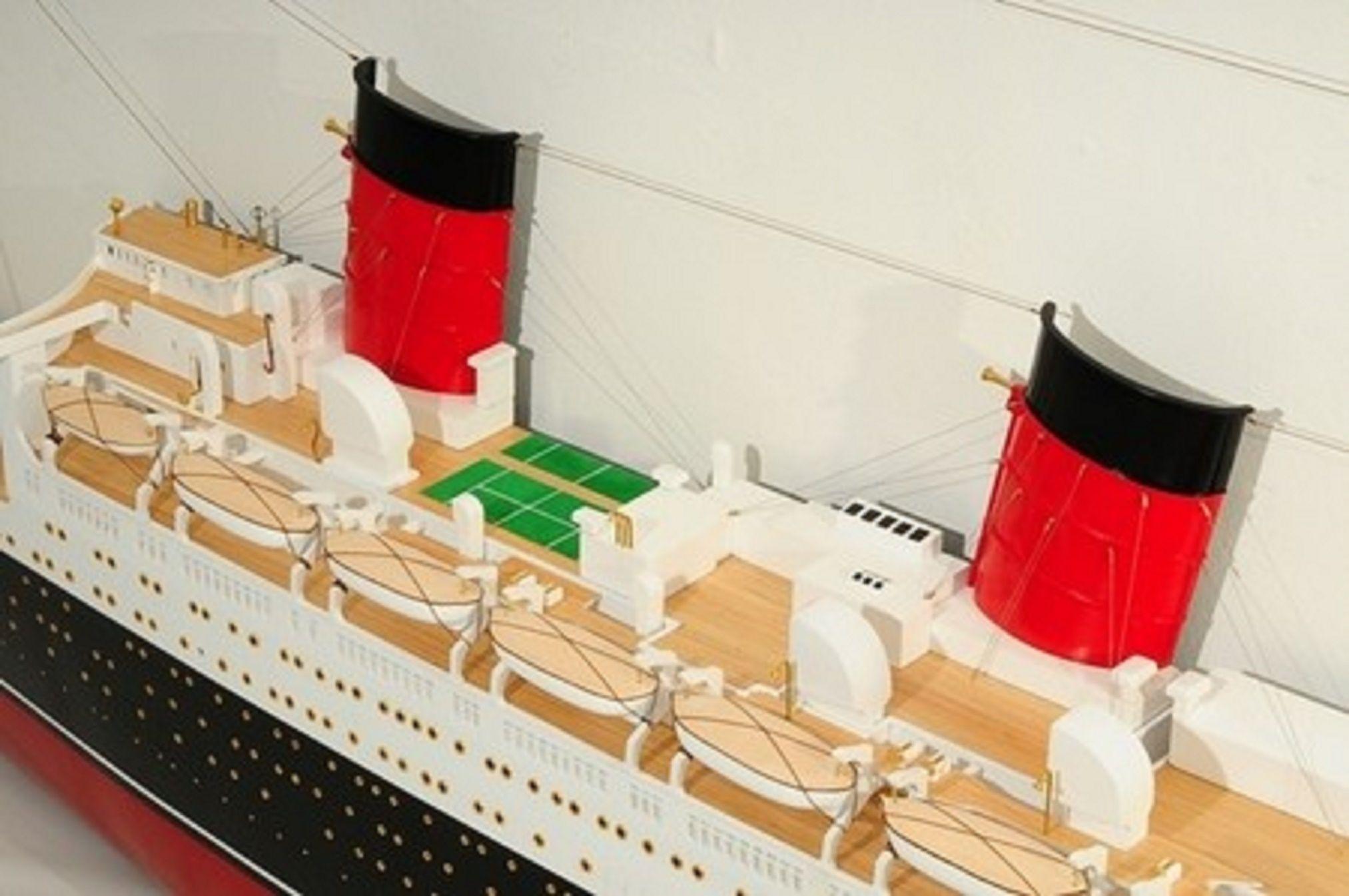 670-7592-RMS-Queen-Mary-Half-Model-Premier-Range