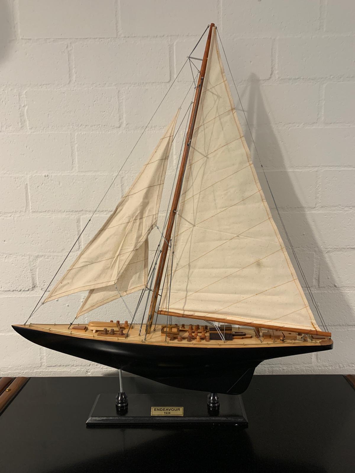 Endeavour Model Yacht Black / White (Standard Range) - Authentic Models (AS155)